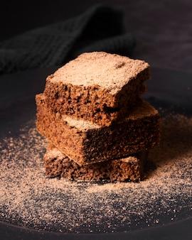 Close-up sabroso brownie de chocolate listo para ser servido