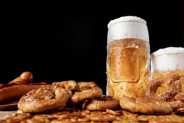 Close-up sabrosos aperitivos bávaros con cerveza