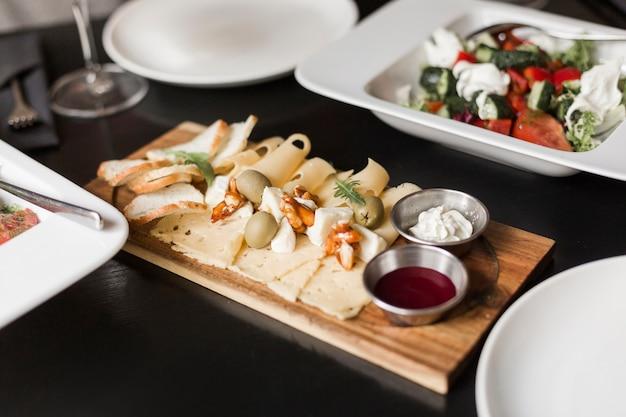 Close-up sabrosos aperitivos y ensalada en la mesa