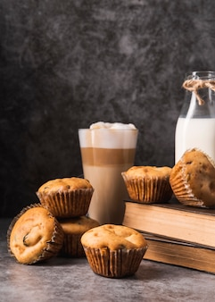 Close-up sabrosos muffins con café