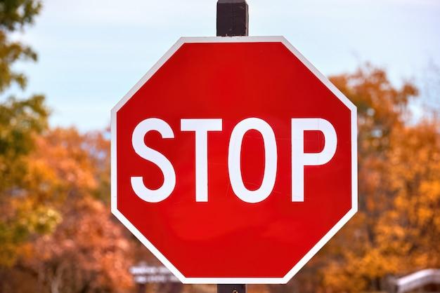 Close-up de una señal de stop en un bosque