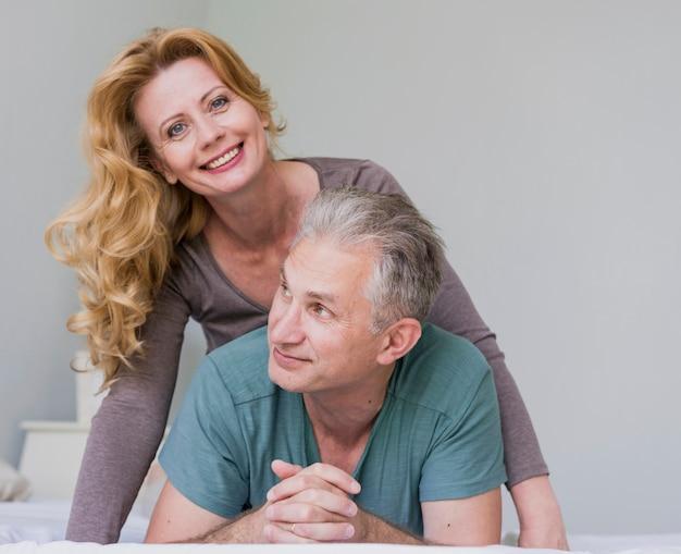 Close-up senior hombre y mujer sonriendo