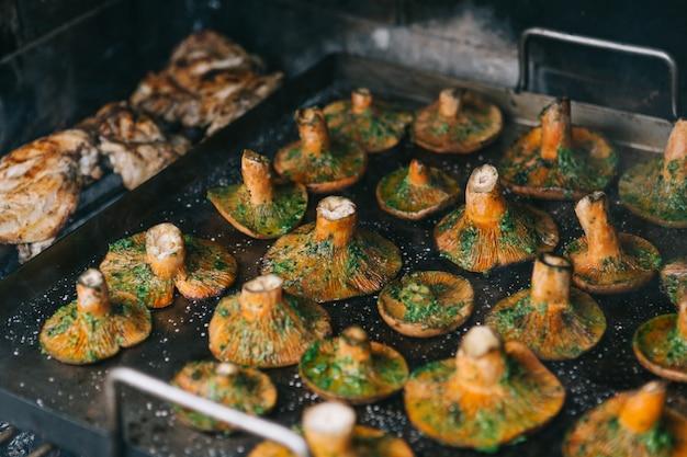 Close-up setas de pino rojo y pollo en la barbacoa. comida de temporada
