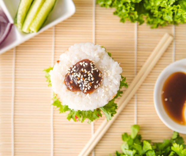 Close-up shot bolas de arroz con semillas de sésamo