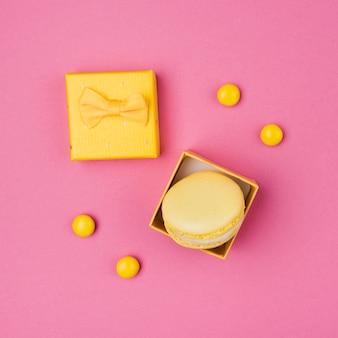 Close-up shot macarrones en caja de regalo
