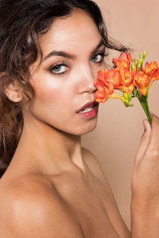 Close-up shot mujer sosteniendo vibran bonitas flores