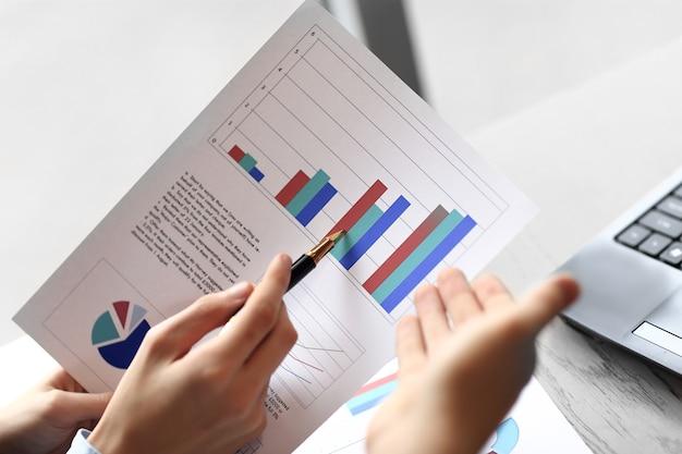 Close up.los socios comerciales discuten los beneficios financieros. concepto de negocio