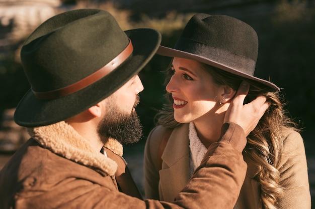 Close-up sonriente pareja abrazándose y mirándose