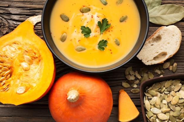 Close-up sopa de calabaza con semillas de pan y calabaza