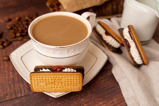 Close-up taza de café con dulces