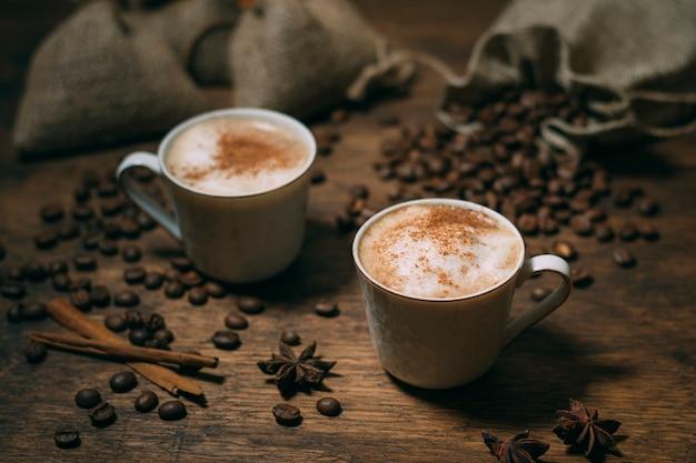 Close-up tazas de café con granos tostados