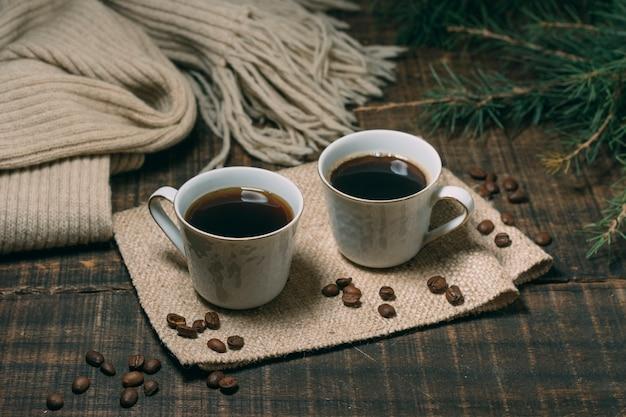 Close-up tazas de café en la mesa
