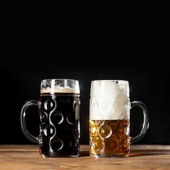 Close-up tazas de cerveza bávara en una mesa