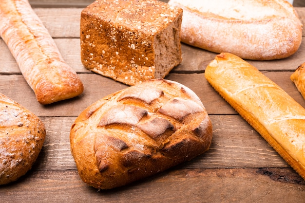 Close-up variedad de panes en la mesa