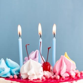 Close-up de velas encendidas sobre el pastel