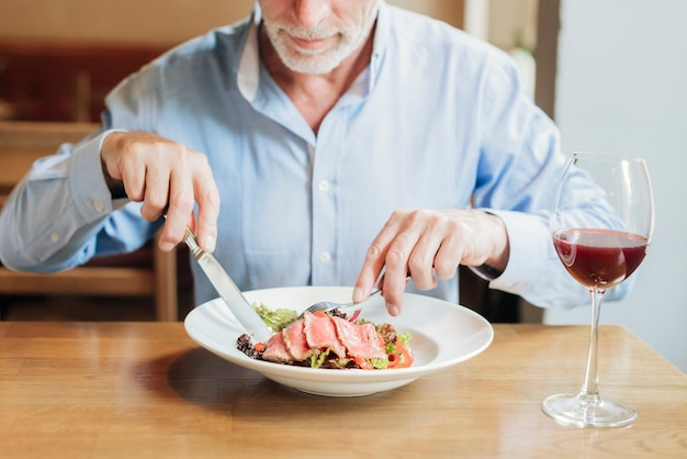 Close-up viejo hombre comiendo sano