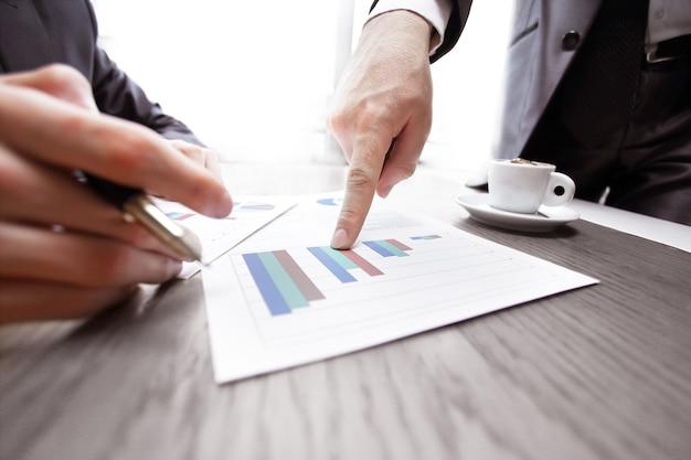 Close upbusiness señala con el dedo el informe financiero