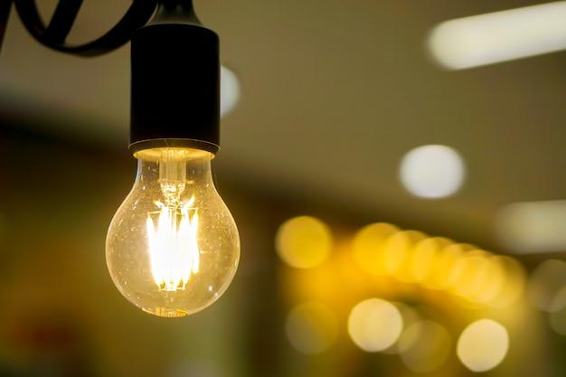 Closeup bubs de luz eléctrica y encender las luces amarillas
