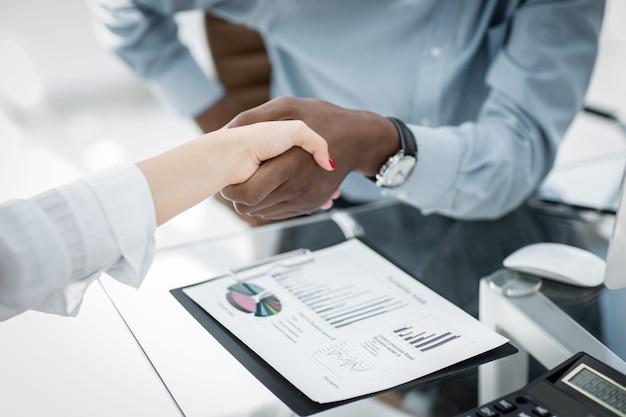 Closeup.confident apretón de manos entre empresarios en la oficina. el concepto de asociación