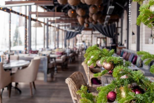 Closeup decoración de año nuevo de navidad, ramas de abeto abeto con brillantes juguetes festivos bolas doradas y rosas.