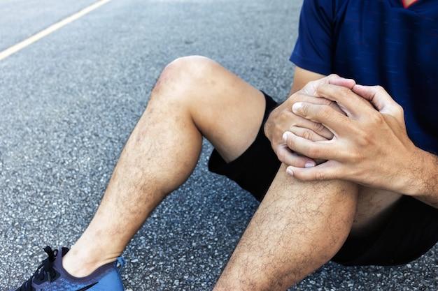 Closeup deporte hombre lesiones de rodilla de correr