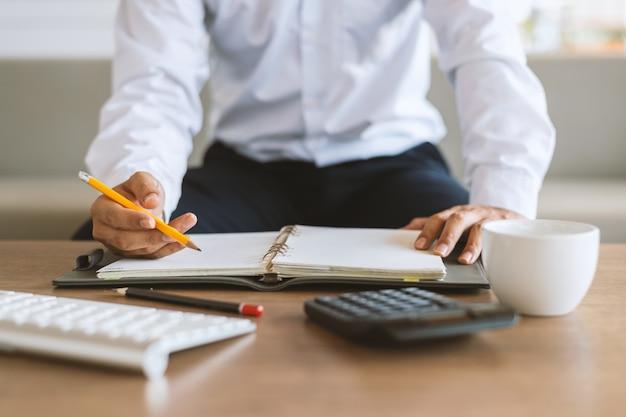 Closeup empresario trabajando en oficina