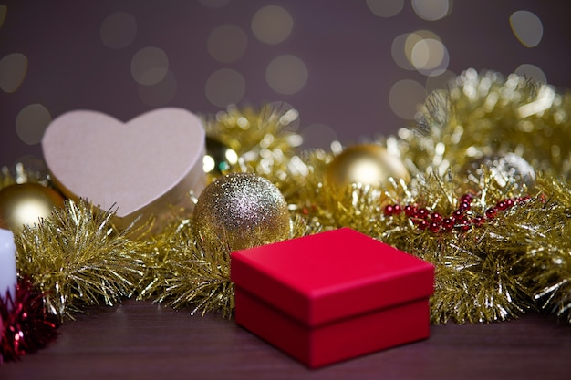 Closeup foto de adornos navideños en la mesa con un bokeh