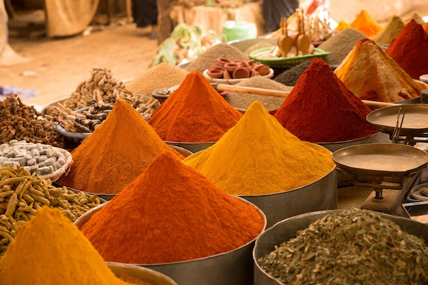 Closeup foto de coloridas especias asiáticas en el mercado con un borroso