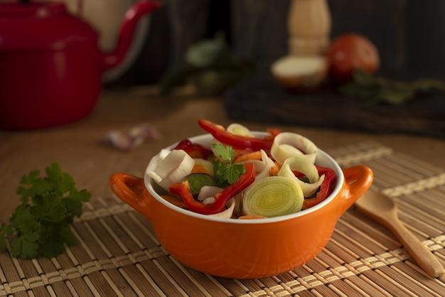 Closeup foto de deliciosa sopa asiática con diferentes verduras