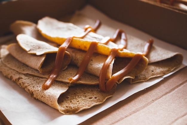 Closeup foto de deliciosas crepas cubiertas con caramelo