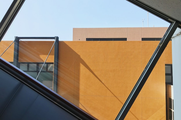 Closeup foto de edificio naranja visto a través de una ventana de vidrio