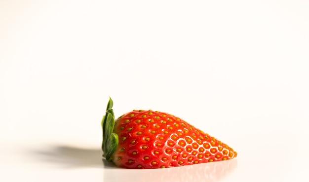 Closeup foto de fresa fresca aislada