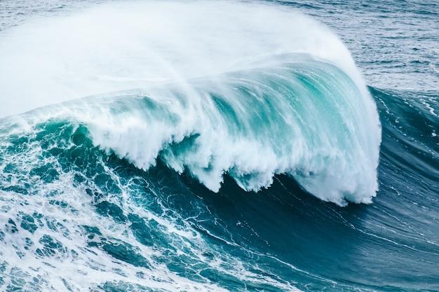 Closeup foto de una hermosa ola de mar azul