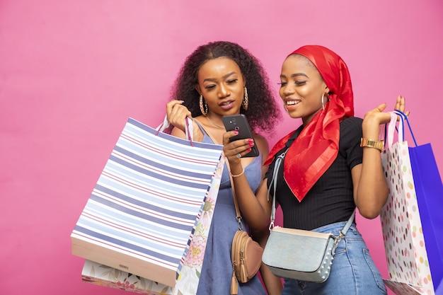 Closeup foto de hermosas mujeres jóvenes con bolsas de la compra.