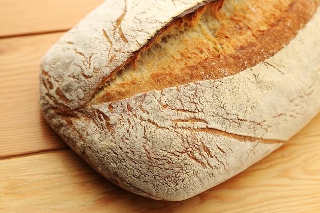 Closeup foto de hogaza de pan en madera
