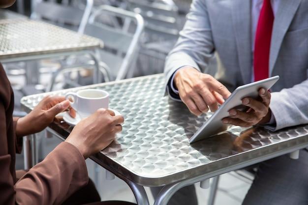 Closeup foto de hombre afroamericano apuntando a la tableta