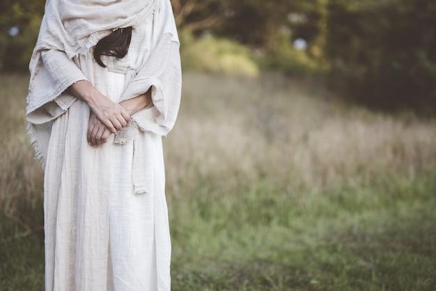 Closeup foto de una mujer que llevaba una túnica bíblica con una rebaba