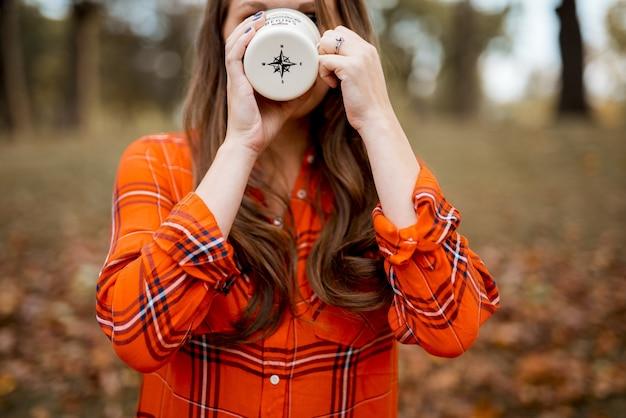 Closeup foto de una mujer tomando café