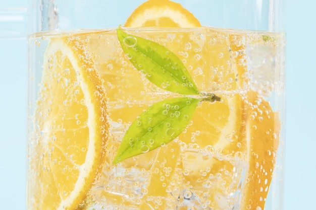 Closeup foto de rodajas de limón en agua con gas