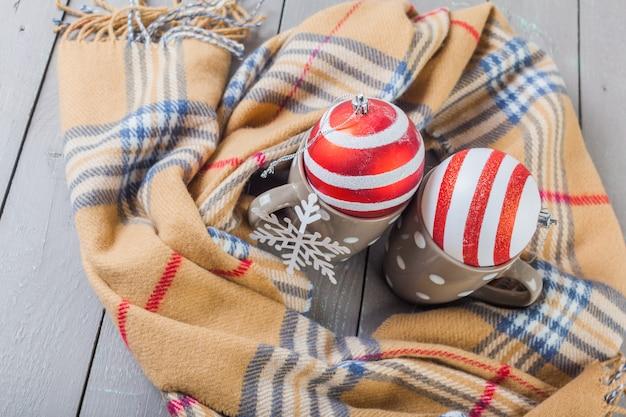 Closeup foto de suéter caliente con taza