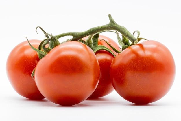 Closeup foto de tomates cherry aislados