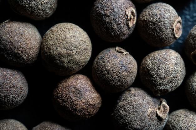 Closeup granos de pimienta negra