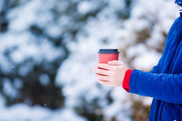 Closeup hombre tomando café en invierno congelado día al aire libre