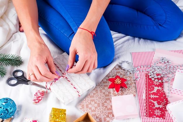 Closeup imagen de madre haciendo regalo de navidad