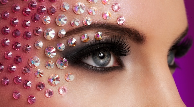 Closeup imagen de ojos con maquillaje de diamantes