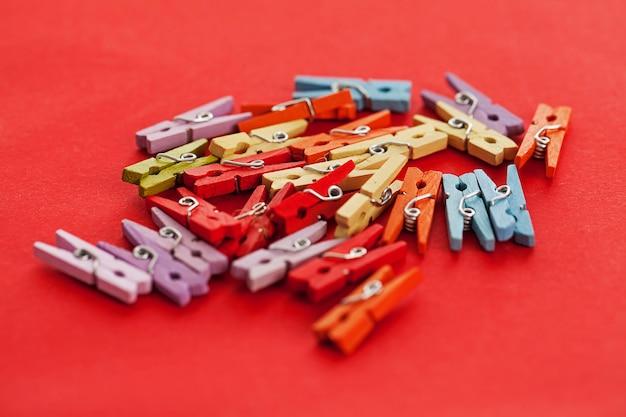 Closeup imagen de pinzas para la ropa coloridas de oficina