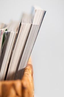Closeup imagen de revistas en una caja
