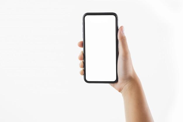 Closeup mano mujer sosteniendo smartphone negro pantalla en blanco aislado