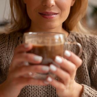 Closeup mujer sosteniendo bebida
