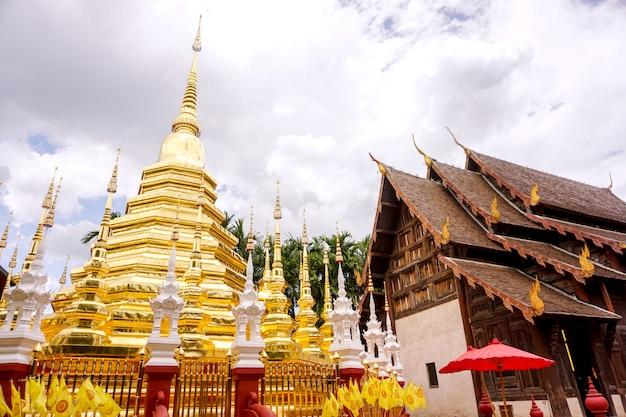 Closeup pagoda dorada y antiguo santuario